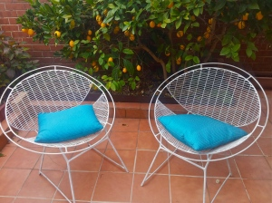 white-vintage-wire-mesh-outdoor-garden-chairs-flying-saucer-style-after-Harry-Bertoia